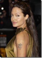 Angelina Jolie frizūras 2003