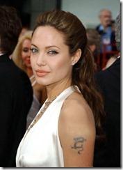 Angelina Jolie frizūras 2004