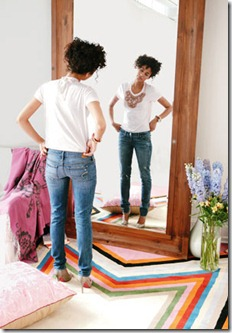 sieviete-skatas-spoguli