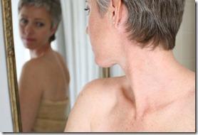 sieviete_lukojas_spoguli